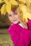 好女孩室外在秋天 免版税库存图片