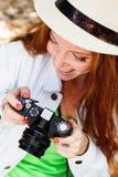 好女孩摄影师在工作 免版税图库摄影
