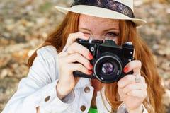 好女孩摄影师在工作 免版税库存照片