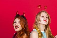 年轻好女孩获得在圣诞晚会的乐趣 免版税库存照片