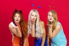 年轻好女孩获得在圣诞晚会的乐趣 库存图片