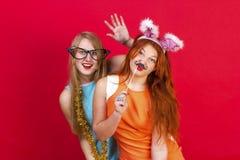 年轻好女孩获得在圣诞晚会的乐趣 免版税图库摄影