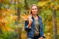 好女性在秋天公园 库存图片
