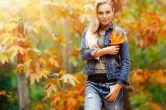 好女性在秋天公园 图库摄影