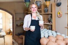 好女性工匠有陶瓷在车间 库存照片