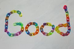 好字母表,创造由五颜六色的塑料链子 图库摄影