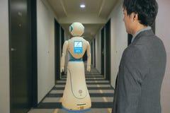 好客产业的4聪明的旅馆 0个技术概念,机器人男管家机器人辅助用途为招呼到达的客人,交付古芝 免版税库存照片