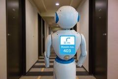 好客产业的4聪明的旅馆 0个技术概念,机器人男管家机器人辅助用途为招呼到达的客人,交付 图库摄影