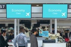 好客产业的4聪明的旅馆 0个概念的接待员机器人机器人助理在机场交互查对使用artif 库存照片