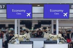好客产业的4聪明的旅馆 0个概念的接待员机器人机器人助理在机场总是交互查对我们 免版税图库摄影