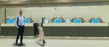 好客产业的4聪明的旅馆 总是0个概念、接待员机器人机器人助理旅馆大厅的或机场w 库存图片