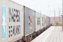 好容器火车驱动通过火车站 库存图片