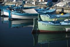 好小船的钓鱼海港 免版税库存图片