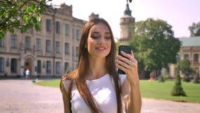 好少妇在公园站立自白天,谈话在videochat,通信概念 股票视频