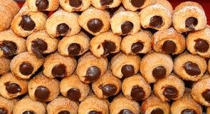 好巧克力充满的酥皮点心在意大利酥皮点心的待售 免版税库存图片