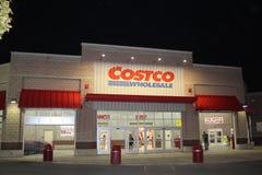 好市多商店在晚上 免版税库存照片