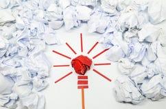 好想法的被弄皱的纸电灯泡隐喻 免版税图库摄影