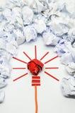 好想法的被弄皱的纸电灯泡隐喻 库存照片