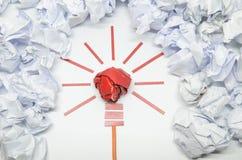 好想法的被弄皱的纸电灯泡隐喻 库存图片