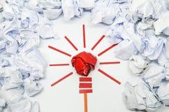 好想法的被弄皱的纸电灯泡隐喻 免版税库存照片