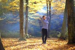 好成熟妇女在黄色秋天背景站立  秋天森林的成熟妇女 免版税图库摄影