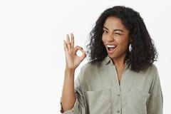 好我得到了它 灰色时髦衬衣闪光的乐观确信和无忧无虑的冷颤非裔美国人的女性工友 库存图片