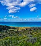 好日子是探险天,一享用太阳的路看法和海 免版税图库摄影