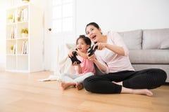 好有母亲的关系逗人喜爱的小女孩 免版税库存照片