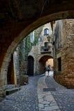好朋友中世纪村庄  girona西班牙 库存图片