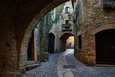 好朋友中世纪村庄  girona西班牙 库存照片