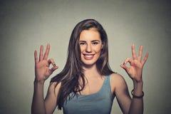给好标志姿态用两只手的乐观妇女 图库摄影