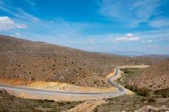 好涂柏油的飘带高在土耳其的山 免版税库存照片