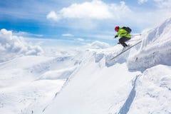 好滑雪在多雪的山 库存图片