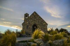 好牧羊人的惊人的日落至多美丽的教会特卡波湖,南岛,新西兰 剧烈的天空,平衡 免版税图库摄影