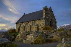 好牧羊人的惊人的日落至多美丽的教会特卡波湖,南岛,新西兰 剧烈的天空,平衡 免版税库存图片