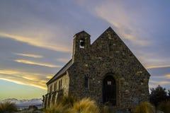 好牧羊人的惊人的日落至多美丽的教会特卡波湖,南岛,新西兰 剧烈的天空,平衡 图库摄影