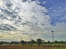 好的云彩在一早晨天 免版税库存照片