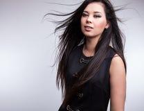 年轻好的亚洲女孩姿势在演播室。 库存照片