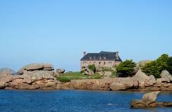 好的农村砖房子在海边 免版税库存图片