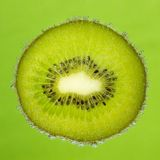 好的切片猕猴桃,报道用在绿色的泡影 免版税图库摄影
