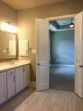 好的卫生间和卧室一个新房视图的 免版税库存照片