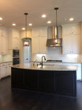 好的厨房设计在一个新的现代房子里 库存图片