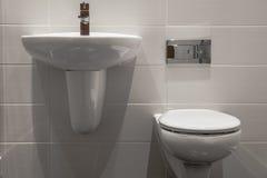 好的小新的简单和典雅的卫生间 库存图片