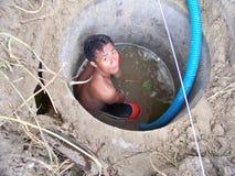 好的挖掘机的工作者为学校浇灌, 免版税库存图片