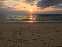 好的日落时间海滩背景 免版税库存照片