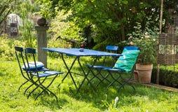 好的松弛地方在有木头蓝色家具的庭院里  免版税库存图片