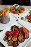 好的桌在餐馆 包括在面团,希腊沙拉的热诚和鲜美午餐乳酪软制乳酪和烤 免版税库存照片