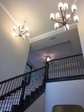 好的楼梯在一个新的两个地板房子里 免版税库存照片