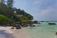 好的海滩的竹平房 免版税图库摄影