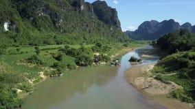 好的狭窄的河横跨在小山中的高地谷流动 股票录像